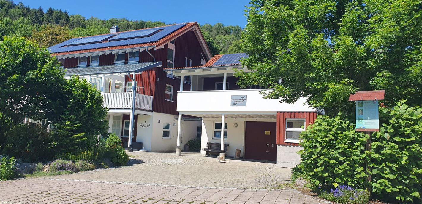 Rotes Holzhaus mit  Nebengebäude