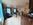 Wohnraum mit Sofa, Essplatz und Küche