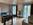 Wohnraum mit Blick auf zwei Balkontüren
