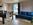 Wohnraum mit Sicht auf Eingangstüre, Sofa und Essplatz